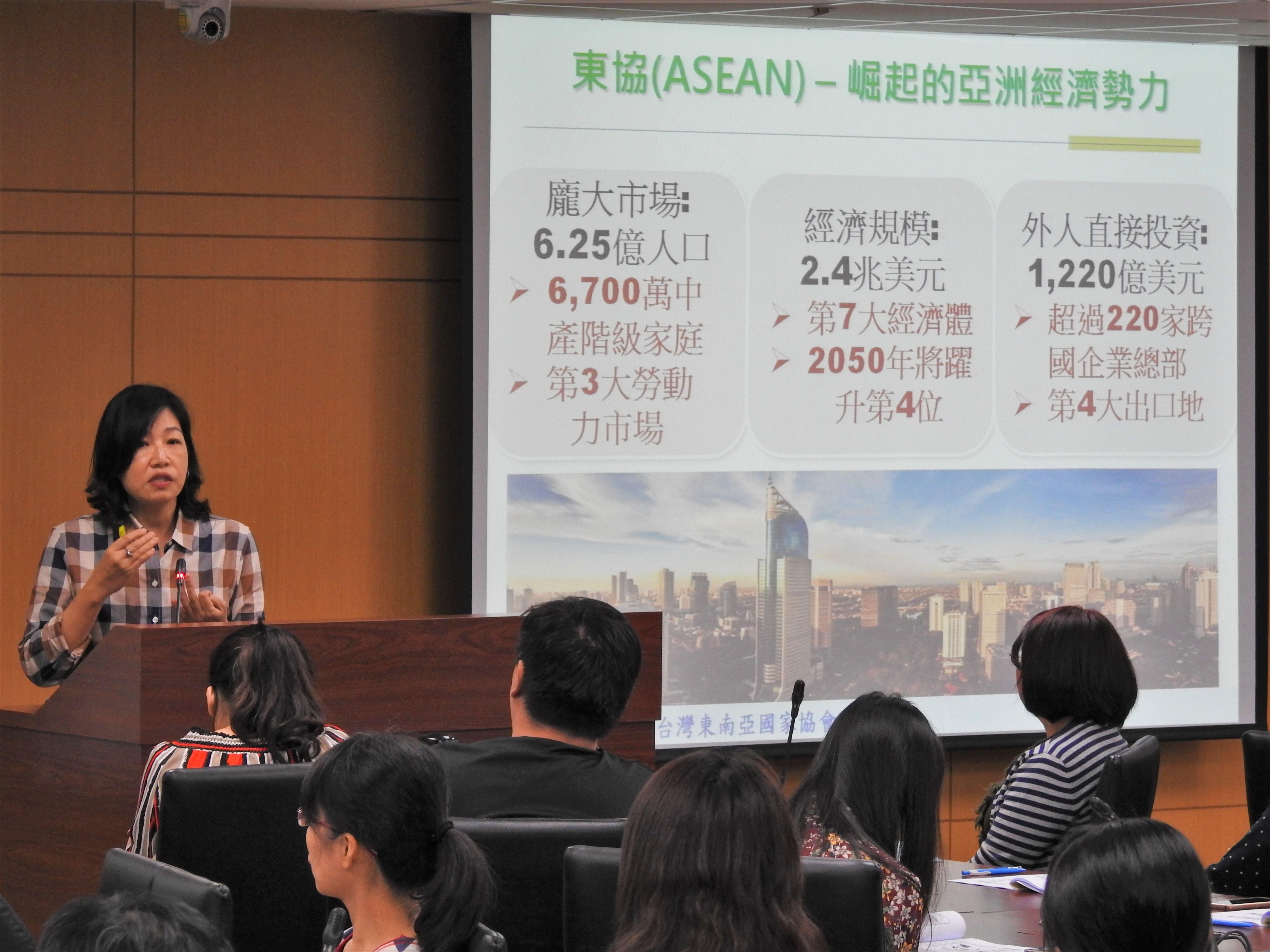 中華經濟研究院台灣東協研究中心徐遵慈主任詳細解說新南向國家的發展現況,以及台灣、高雄能在交流中扮演的角色與應有的策略。.jpg