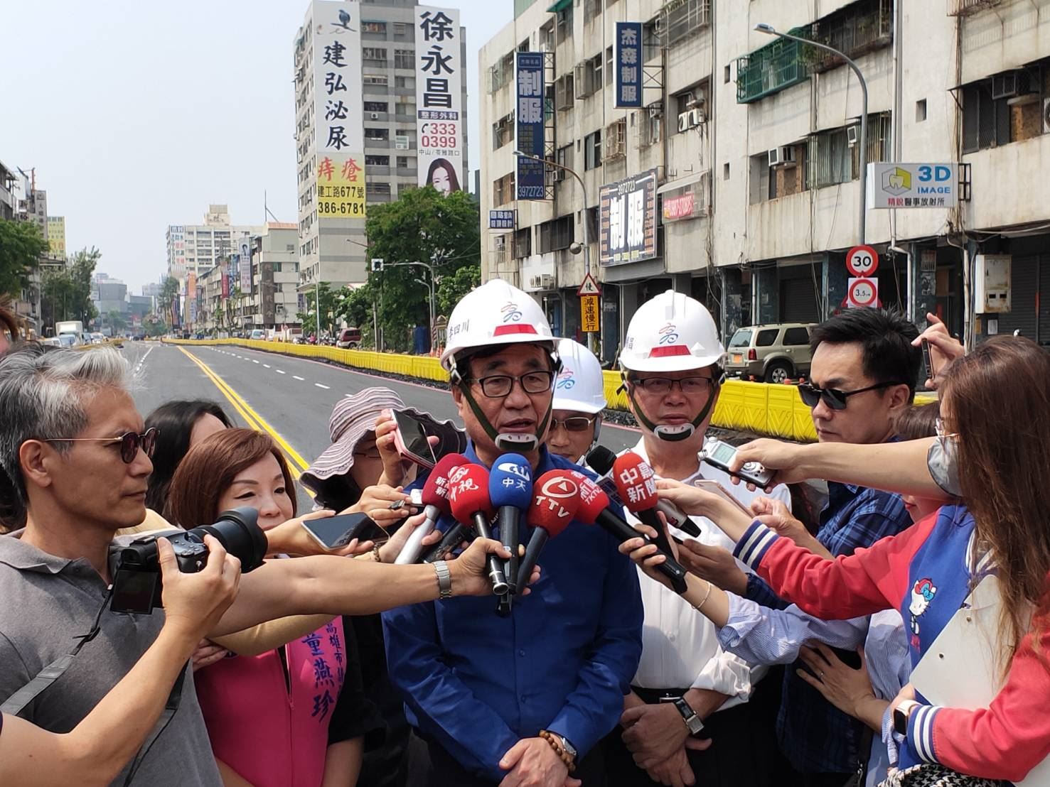 李副市長今日上午至大順路巡視並宣布11時開放中間車道.jpg