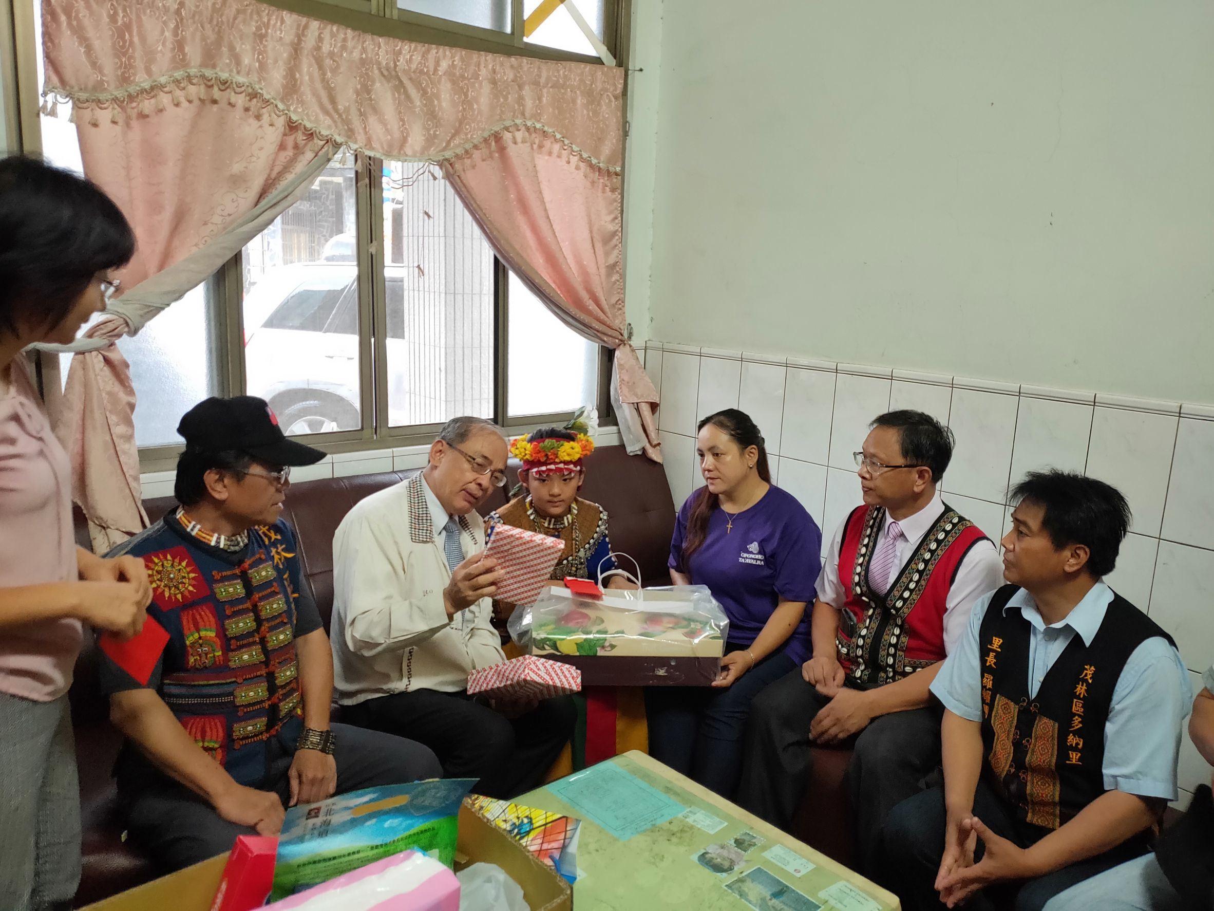訪視茂林區弱勢單親家庭-洪副市長送勵志書給失怙的學童並鼓勵.jpg