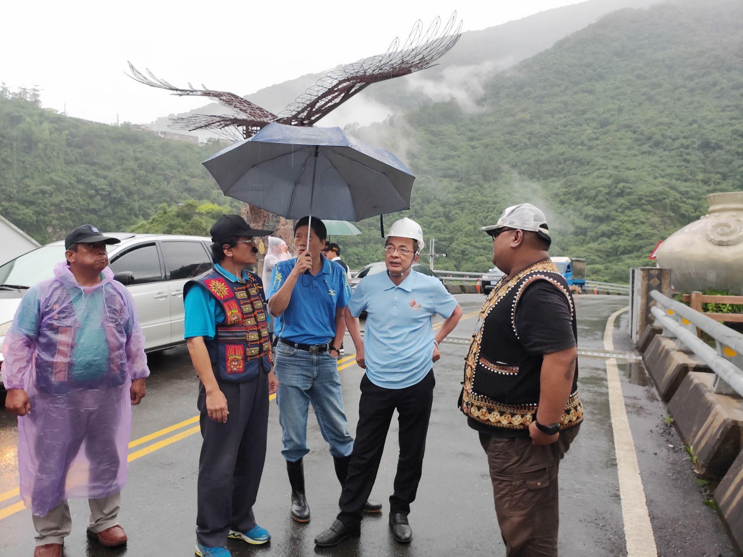 副市長洪東煒(右二)、潘參事(右三)與茂林區宋區長及地方代表勘查該區基本工程設施.jpg