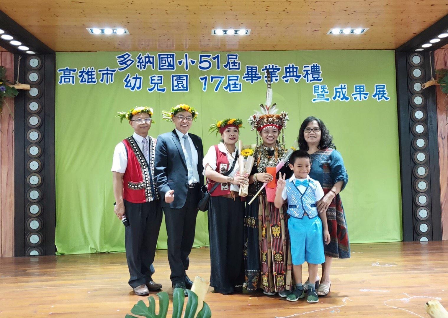 副市長洪東煒(左二)參加多納國小畢業典禮,並與獲得副市長獎學生及家長老師合影.jpg