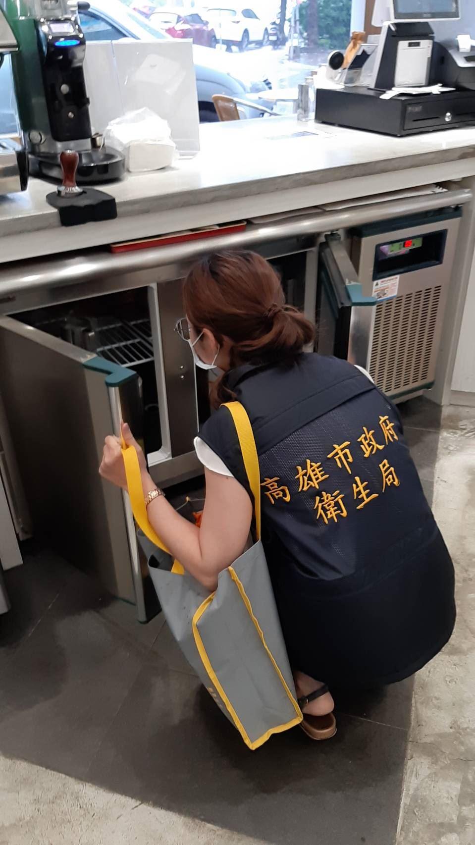 2.稽查人員稽查飲冰品店作業場所.jpg