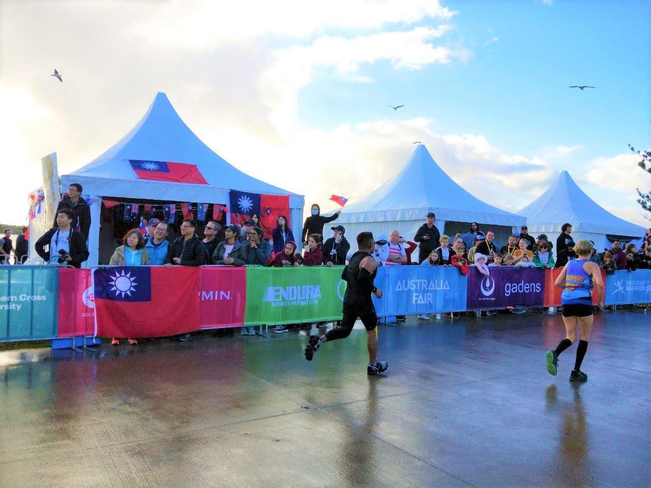 中華民國國旗於澳洲最盛大運動賽事之一「黃金海岸馬拉松」飄揚.jpg