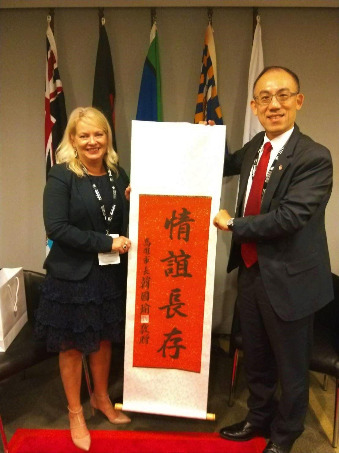 訪團拜會布里斯本市副市長Krista Adams討論兩市交流,並致贈韓市長「情誼長存」卷軸展現友好關係.jpg