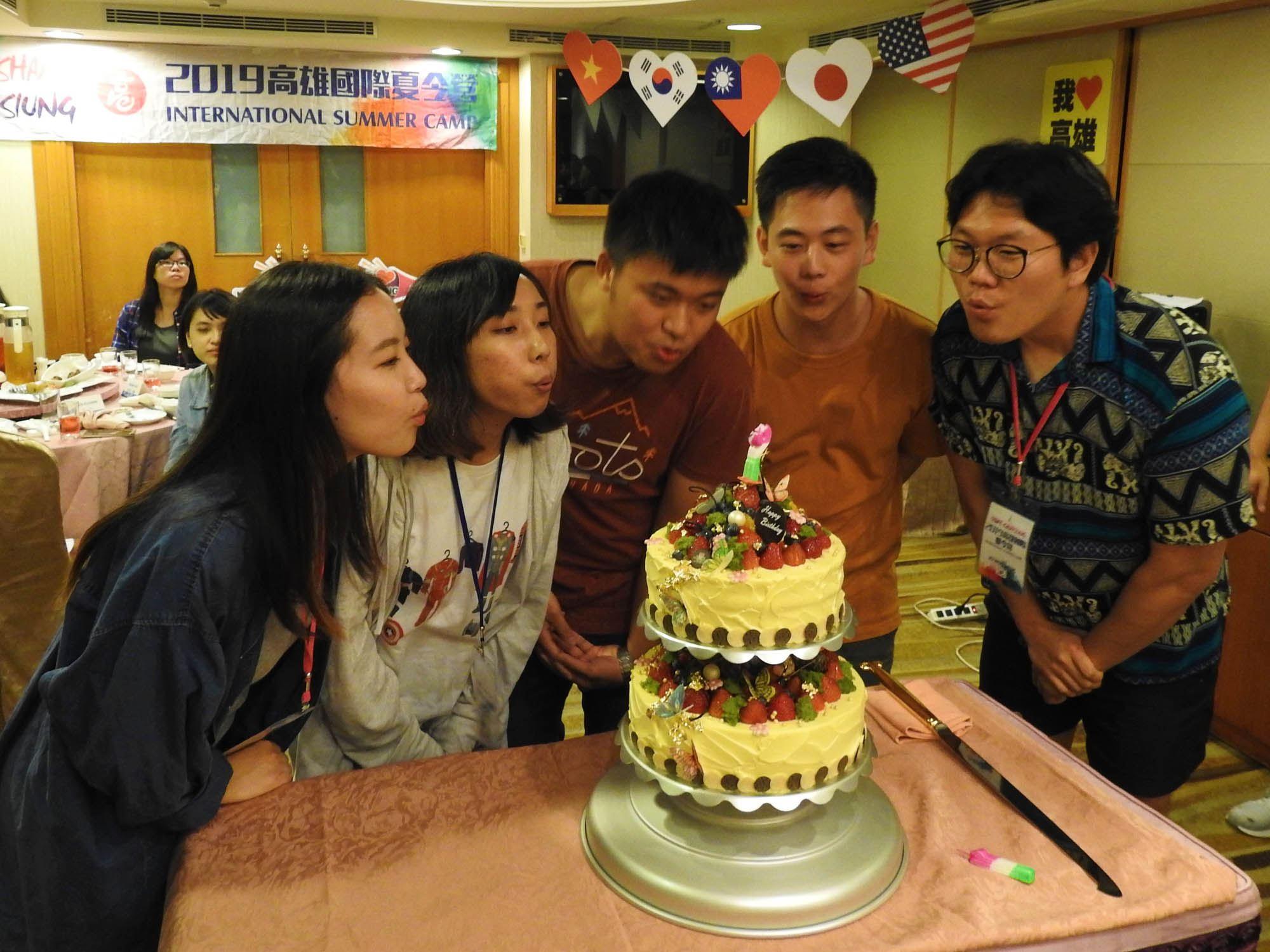 行政暨國際處特別於結業晚會中舉辦驚喜慶生會,讓所有學生都留下最難忘的回憶。.jpg