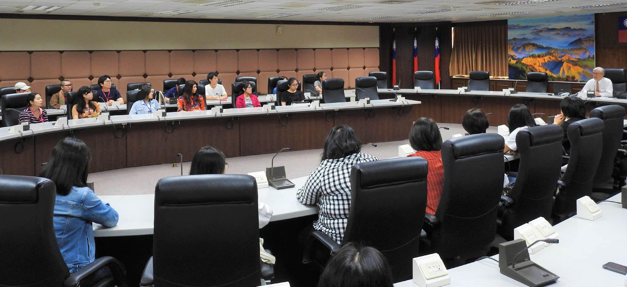 夏立言大使以台灣外交情勢為題進行課程演說,並與國內外學生就國際議題相互交流.jpg