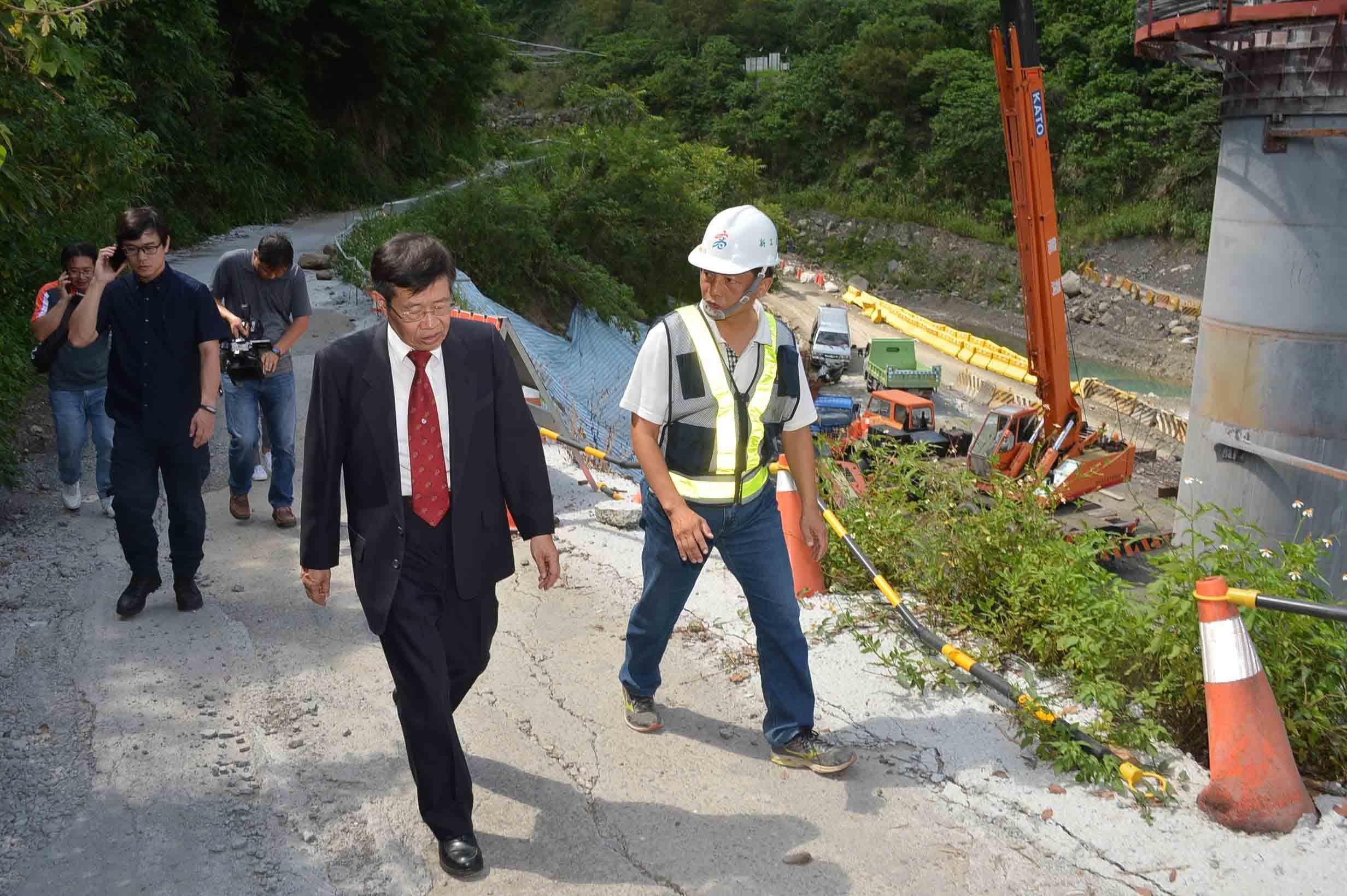 正值防汛期,楊明州代理市長前往桃源區視察,瞭解建國橋施工狀況.jpg