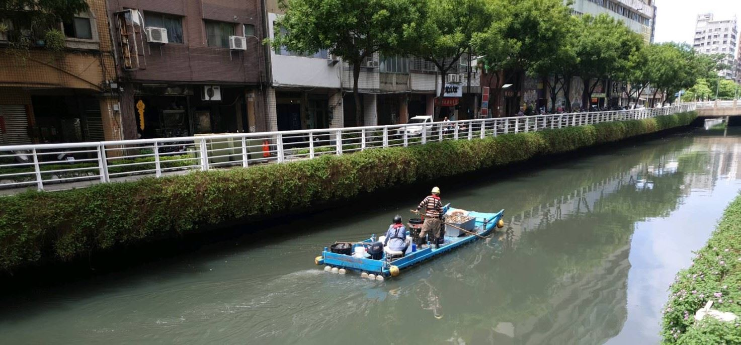 工作人員來回巡撈,守護幸福川水域環境.jpg