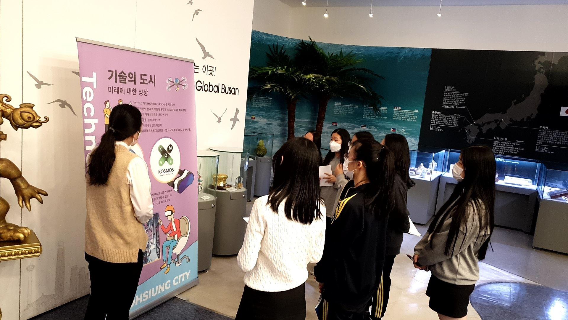 韓國學生於釜山國際交流展示館觀展情形.JPG.jpg